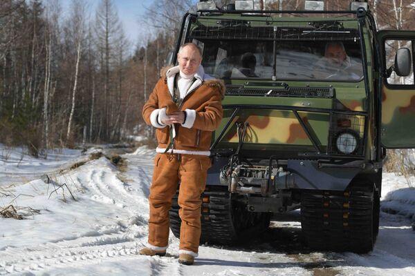 Vladimir Poutine se promène dans la taïga, le 21 mars 2021. - Sputnik France