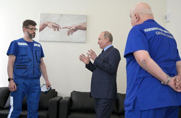 Le chef de l'État russe visite le nouveau bâtiment du service des urgences à Pouchkino, dans la banlieue de Moscou, le 28 avril 2021. - Sputnik France
