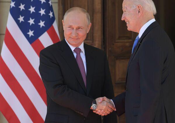 Le Président russe et son homologue américain Joe Biden lors d'une rencontre à la Villa La Grange à Genève, 16 juin 2021. - Sputnik France