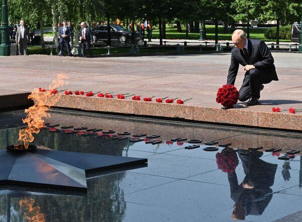 Vladimir Poutine lors de la cérémonie de dépôt de fleurs sur la tombe du Soldat inconnu dans le jardin Alexandre le Jour du souvenir et du deuil, le 22 juin 2021. - Sputnik France