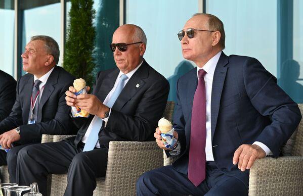 Vladimir Poutine avec des personnalités officielles russes lors de l'ouverture du Salon international aérospatial MAKS 2021 à Joukovski, dans la banlieue de Moscou, le 20 juillet 2021. - Sputnik France