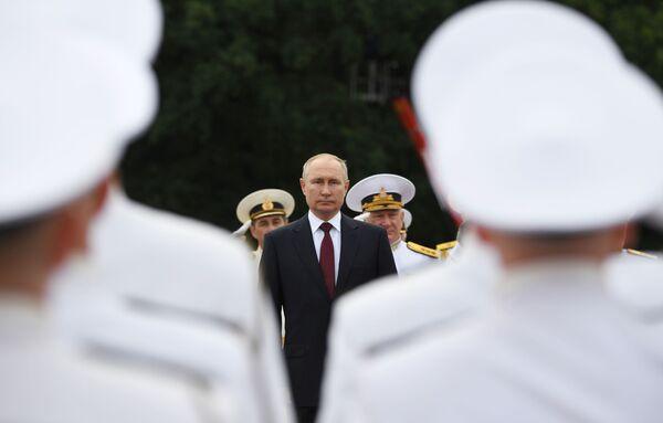 Poutine, également commandant en chef des forces armées russes, lors de la grande parade navale à l'occasion de la Journée de la marine russe, le 25 juillet 2021. - Sputnik France