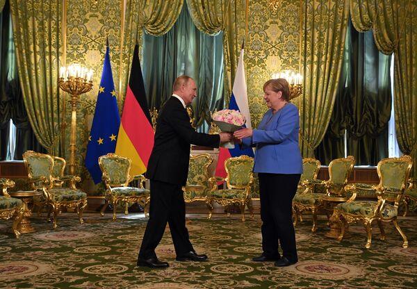 Le Président russe et la chancelière allemande Angela Merkel lors d'une réunion au grand palais du Kremlin, le 20 août 2021. - Sputnik France