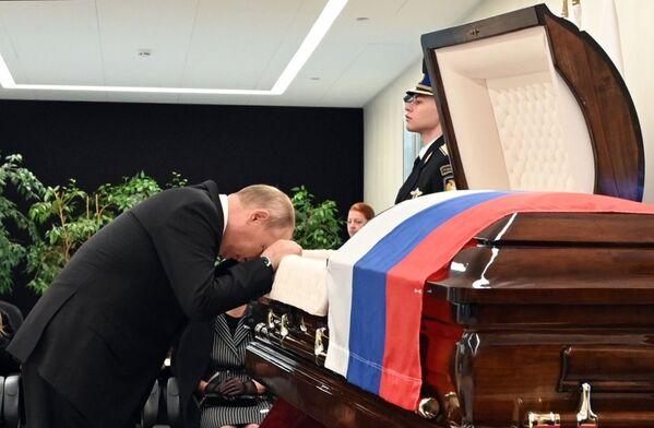 Vladimir Poutine lors de la cérémonie d'adieu à Evgueni Zinitchev, ministre russe des Situations d'urgence, mort en tentant de sauver un homme, le 10 septembre 2021. - Sputnik France