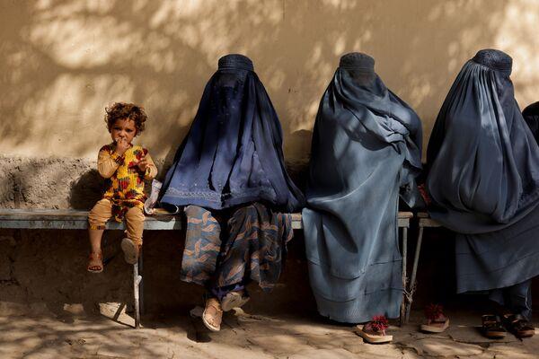 Plus globalement, la population urbaine dans son ensemble représenterait une menace pour les talibans*, en particulier les jeunes qui n'étaient pas encore nés ou étaient trop petits lorsque les talibans* étaient au pouvoir la première fois, de 1996 à 2001, et qui sont habitués à communiquer librement sur les réseaux sociaux et à avoir des amis partout dans le monde. S'il est peu probable qu'ils opposent une résistance armée aux talibans*, leur résistance passive pourrait causer des problèmes au régime. - Sputnik France