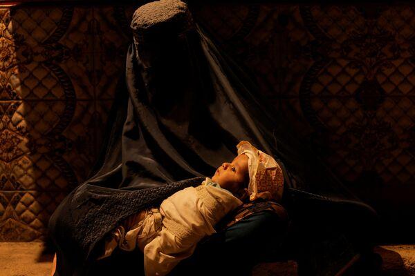 """Les femmes ne peuvent plus faire d'études ou travailler à l'université de Kaboul """"jusqu'à ce qu'un environnement islamique soit créé"""". Une interdiction similaire a été introduite pour les écolières. Les enseignantes ne peuvent plus travailler dans les établissements d'enseignement. De plus, il est interdit à toutes les femmes de Kaboul, """"jusqu'à ce que la situation se normalise"""", de travailler, à l'exception de celles dont les tâches ne peuvent être effectuées par des hommes, comme nettoyer les toilettes des femmes. - Sputnik France"""