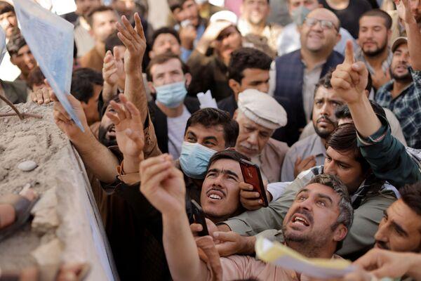 Mais la plus grande menace reste le chômage et la faim, auxquels le peuple afghan pourrait être confronté dans peu de temps. La situation est aggravée par une sécheresse et l'impossibilité de fournir une aide humanitaire au pays en raison du manque de vols commerciaux. Avant l'arrivée au pouvoir des talibans*, la coalition internationale a évacué de nombreux Afghans du pays. Néanmoins, l'Onu craint qu'au moins un demi-million de personnes quittent l'Afghanistan dans un avenir proche.Sur la photo: des Afghans devant un centre de délivrance de passeports qui vient de rouvrir ses portes à Kaboul.*Organisation terroriste interdite en Russie - Sputnik France