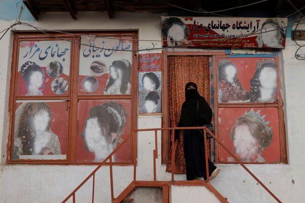 Autre problème: la menace de pannes d'électricité dans tout le pays en raison des factures impayées. Les États voisins fournissent environ 78% des besoins du pays. À l'heure actuelle, les factures impayées s'élèvent à 62 millions de dollars. Cependant, il y avait également des coupures de courant en Afghanistan sous le gouvernement soutenu par les États-Unis, puisque les talibans* faisaient sauter des lignes électriques. Aujourd'hui, seulement 38% de la population afghane, qui compte près de 40 millions d'habitants, ont accès à l'électricité. - Sputnik France