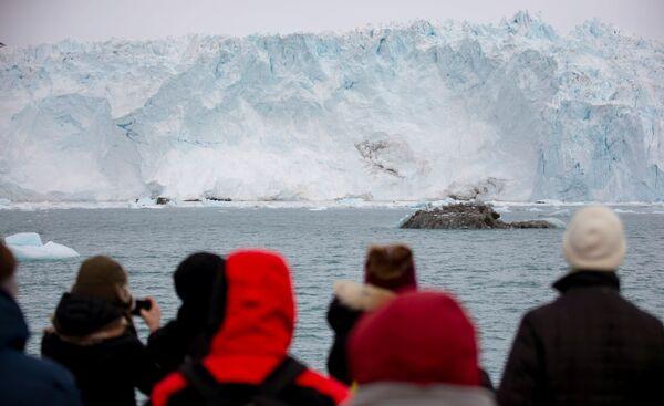 Eqi est un glacier qui forme des icebergs: des morceaux de glace de différentes tailles, formes et couleurs –du blanc au bleu avec des craquelures bleues ou vertes– se détachent régulièrement de ce géant de cinq kilomètres de long. - Sputnik France