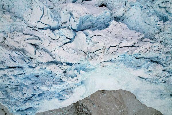 Au fur et à mesure qu'on s'approche du glacier Eqi, on croise d'abord des petits morceaux de banquises qui deviennent de plus en plus nombreux, et des petits icebergs. - Sputnik France