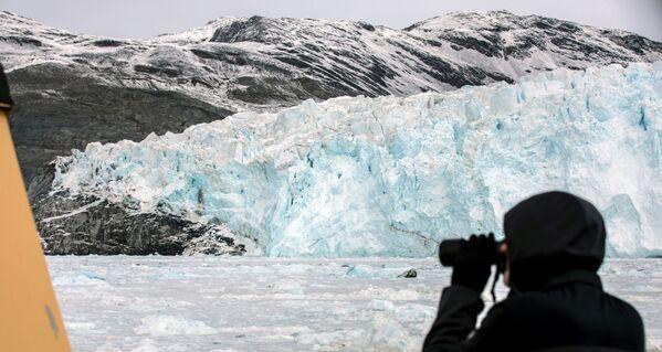 Des bateaux avec des touristes peuvent approcher à une distance minimale du glacier, de sorte qu'on puisse observer un phénomène naturel unique qui se présente de manière complètement différente à divers moments de la journée. - Sputnik France