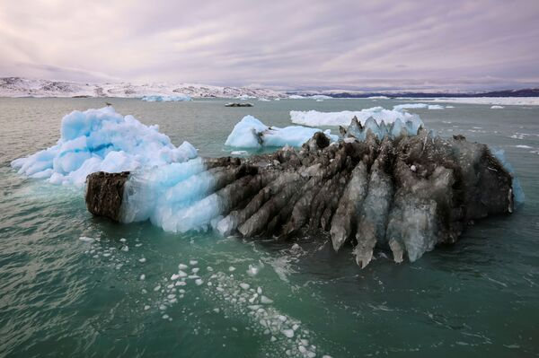 Une partie du glacier fond puis se glace à nouveau, donnant de nombreuses nuances de bleu. - Sputnik France