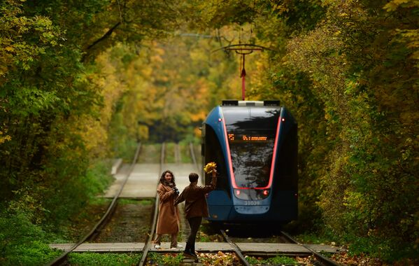 Début octobre, le soleil est de retour dans la capitale russe.Sur la photo: des jeunes se prennent en photo dans la rue Bolchaïa Oleniaïa, à Moscou. - Sputnik France