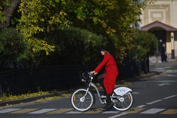 Une jeune femme fait du vélo près du couvent de Novodievitchi, à Moscou. - Sputnik France
