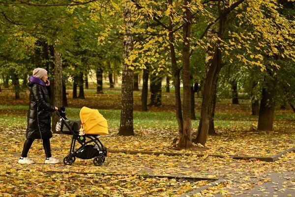 Une femme se promène dans le parc Krasnaïa Presnia, à Moscou. - Sputnik France