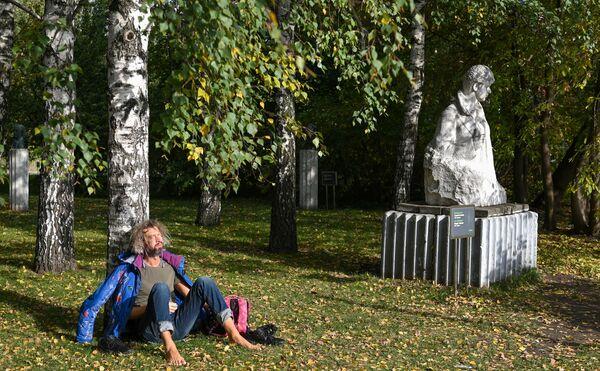 Selon les prévisions, la première neige à Moscou et dans sa région est à attendre d'ici le 20 octobre.Sur la photo: homme dans le parc des arts Muzeon. - Sputnik France