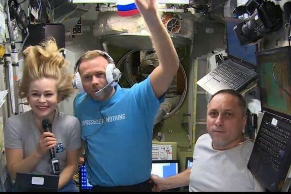 Le duo est arrivé à bord de l'ISS le mardi 5 octobre. En raison d'une défaillance technique mineure, le vaisseau spatial a dû être amarré en mode manuel. Le commandant Anton Chkaplerov (au bout à droite) a exécuté cette tâche avec brio. - Sputnik France