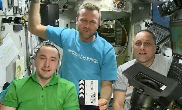 Piotr Doubrov, Oleg Novitski et Mark Vande Hai ont accueilli les membres de l'équipe à bras ouverts. Après une courte conférence de presse et un moment de repos, l'actrice et le réalisateur ont entamé leur mission: le tout premier tournage de scènes d'un long métrage dans l'espace! - Sputnik France