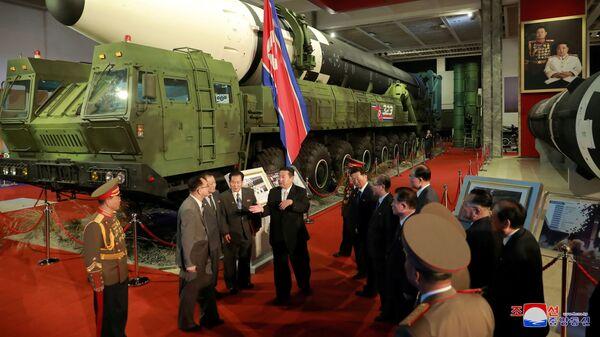 Лидер КНДР Ким Чен Ын на выставке оборонной промышленности в Пхеньяне  - Sputnik France