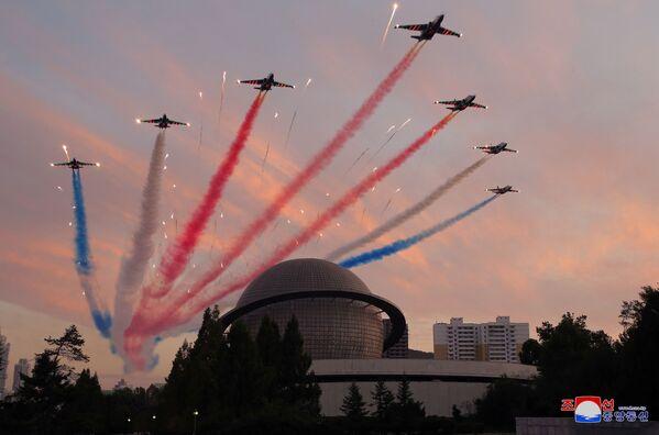 Un show aérien lors de l'ouverture de l'exposition Autodéfense 2021 à Pyongyang. - Sputnik France