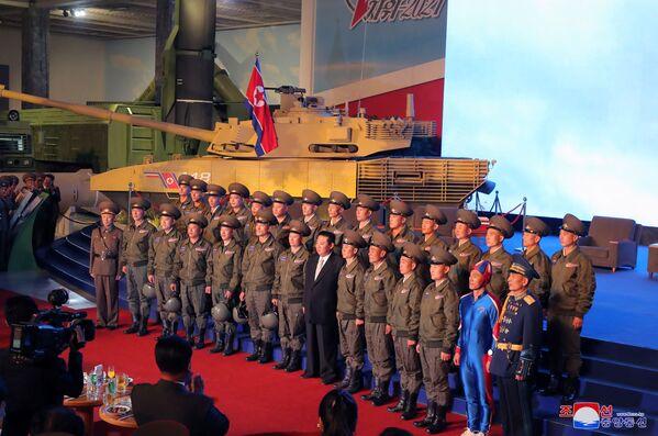 """Néanmoins, Kim Jong-un a noté que la Corée du Nord continuerait à renforcer ses capacités de défense. """"Le fait est que c'est la base de la survie de l'État, une garantie de son développement"""", a-t-il souligné, promettant de créer une """"armée invincible"""".Sur la photo: Kim Jong-un avec des militaires devant un char de fabrication nord-coréen qui, selon les experts, serait un hybride du char russe T-14 Armata et du M1 Abrams américain. - Sputnik France"""