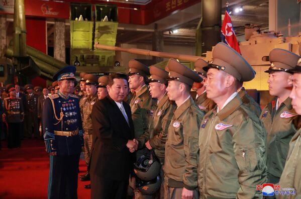Le dirigeant nord-coréen a rappelé que les États-Unis avaient un comportement hostile à l'égard de Pyongyang et a accusé les dirigeants américains d'attiser les tensions entre les deux Corées.Sur la photo: Kim Jong-un salue des militaires lors de l'exposition Autodéfense 2021 à Pyongyang. - Sputnik France