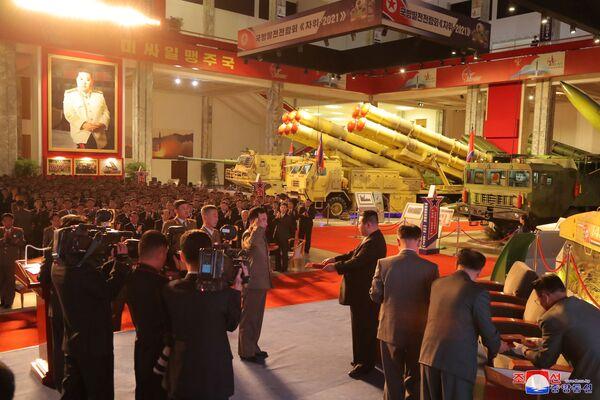 Parlant de l'importance de l'exposition Autodéfense 2021 pour le pays, Kim Jong-un a noté qu'elle offrait l'occasion de soutenir les scientifiques, les techniciens et la classe ouvrière, ainsi que d'inspirer une nouvelle confiance et un nouvel enthousiasme au peuple nord-coréen.Sur la photo: Kim Jong-un remet des récompenses à des militaires lors de l'exposition Autodéfense 2021 à Pyongyang. - Sputnik France