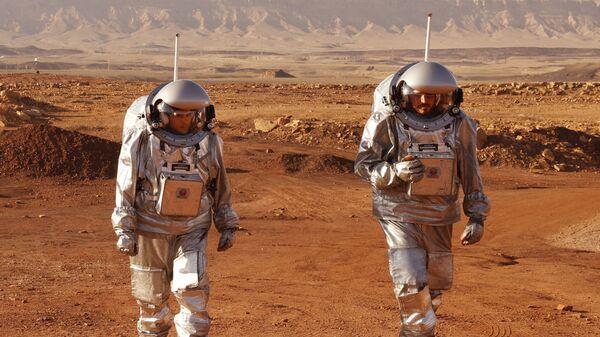 Астронавты во время учебной миссии на планету Марс в кратере Рамон в израильской пустыни Негев - Sputnik France