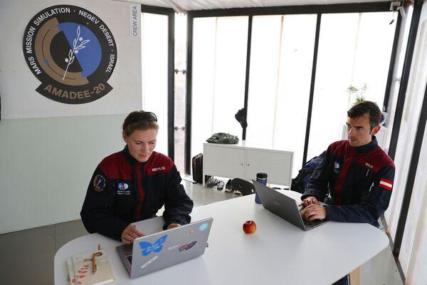 Dans le cadre du projet commun de l'Agence spatiale israélienne et du Forum spatial autrichien, un groupe d'astronautes va vivre dans le cratère du Makhtesh Ramon, en Israël, pendant un mois.Sur la photo: l'astronaute allemande Anika Mehlis avec son collègue autrichien Robert Wild lors de la mission dans le désert du Néguev. - Sputnik France