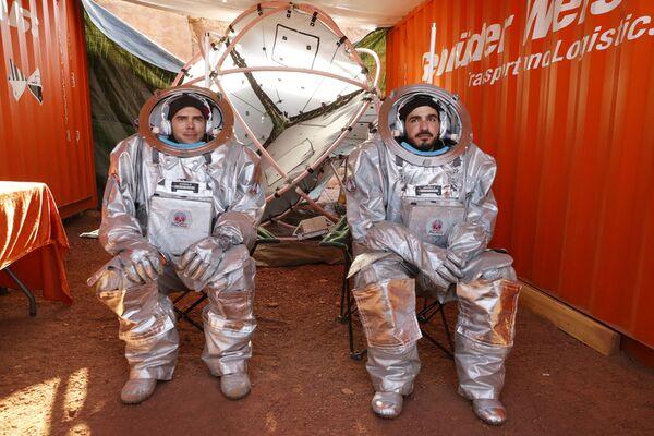 Des participants à la mission simulant les conditions de vie sur Mars dans le désert du Néguev, en Israël. - Sputnik France