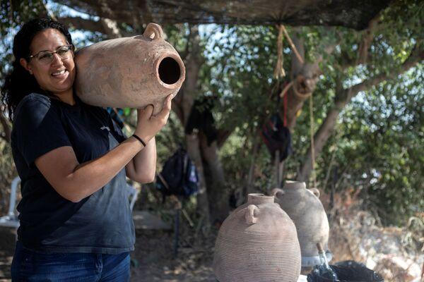 Liat Nadav-Ziv, une des responsables des fouilles, avec un artefact découvert sur le site de Yavné. - Sputnik France