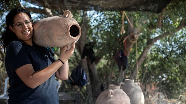Одна из руководителей раскопок 1500-летней византийской винодельни в израильском городе Явне - Sputnik France