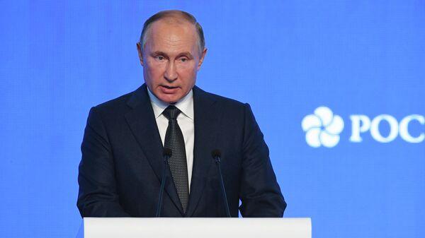 Vladimir Poutine lors d'une réunion plénière dans le cadre de la Semaine russe de l'énergie - Sputnik France