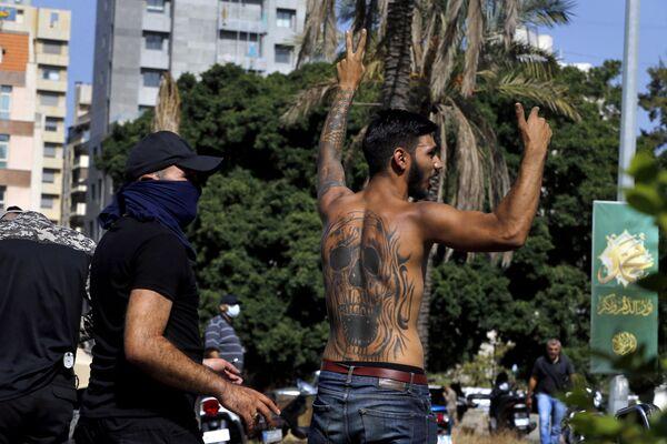 La protestation des partisans des mouvements chiites libanais Amal et Hezbollah, qui se sont rassemblés sur la place devant le palais de justice de Beyrouth en exigeant la démission du juge Tarek Bitar, s'est terminée par un échange de tirs. Selon les données préliminaires, six personnes ont été tuées et environ 60 blessées. - Sputnik France