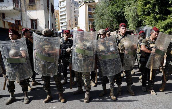 L'armée libanaise a dû intervenir. Les militaires ont promis d'ouvrir le feu contre toute personne avec une arme. L'armée a également déployé des véhicules blindés dans les rues de Beyrouth et a appelé à quitter les zones dangereuses. - Sputnik France