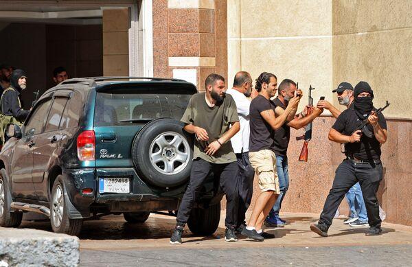 Le Hezbollah et Amal ont également appelé leurs partisans au calme. Ils demandent à l'armée d'arrêter les tireurs qui ont ouvert le feu sur les manifestants.Sur la photo: partisans des mouvements chiites libanais Hezbollah et Amal lors des affrontements à Beyrouth. - Sputnik France