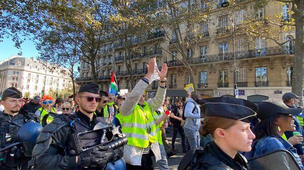 France: les Gilets jaunes reprennent leur souffle, les anti-pass redescendent dans les rues – vidéos