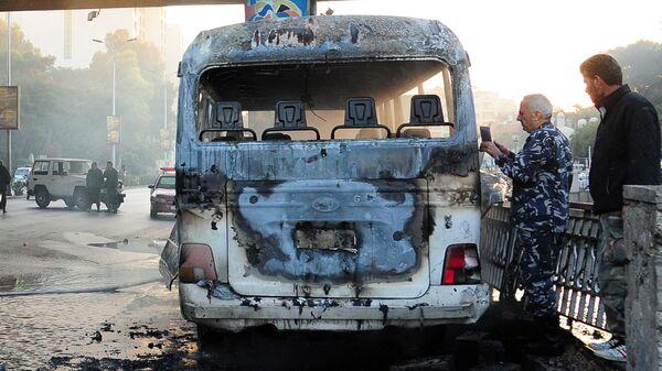 Обгоревший сирийский армейский автобус, который был атакован взрывными устройствами в Дамаске - Sputnik France