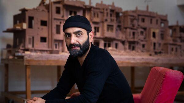 Сирийский скульптор Халед Давва работает над глиняным макетом разрушенной войной сирийской улицы - Sputnik France