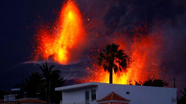 Вулкан Кумбре-Вьеха продолжает извергаться на канарском острове Ла-Пальма - Sputnik France