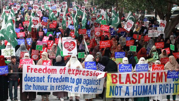 Supporters of Pakistan's political and religious party Jama'at e Islami hold signs in a protest against satirical French weekly newspaper Charlie Hebdo - Sputnik France