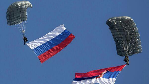Parachutistes avec les drapeaux nationaux serbes et russes - Sputnik France