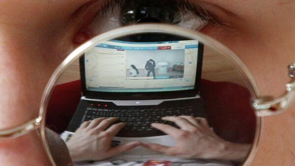Житель Казани смотрит онлайн трансляцию на ноутбуке в день выборов президента РФ. - Sputnik France