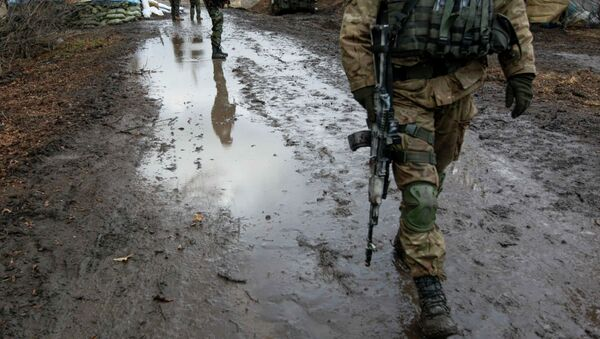 A Ukrainian serviceman walks at a checkpoint near the eastern Ukrainian town of Debaltseve in Donetsk region, December 24, 2014. - Sputnik France
