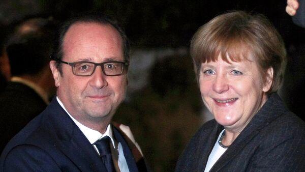 French President Francois Hollande (L) greets German Chancellor Angela Merkel in Strasbourg, January 30, 2015 - Sputnik France