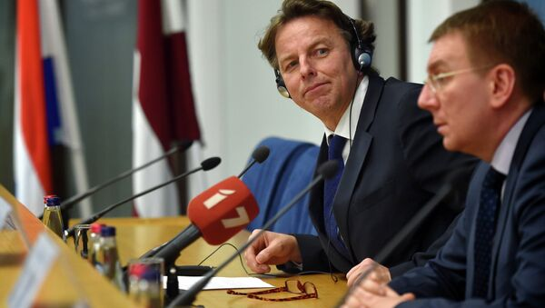 Latvian Foreign Minister Edgars Rinkevics (R) and his Dutch counterpart Bert Koenders (L) attend a press conference after their meeting at the Foreign Ministry in Riga on February 3, 2015 - Sputnik France