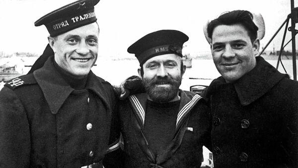 Русский, английский и американский матросы на Графской пристани в Севастополе в дни работы Ялтинской конференции во время Великой Отечественной войны в 1945 году - Sputnik France