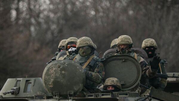 Members of the Ukrainian armed forces ride on an armoured personnel carrier (APC) near Debaltseve, eastern Ukraine, February 8, 2015 - Sputnik France
