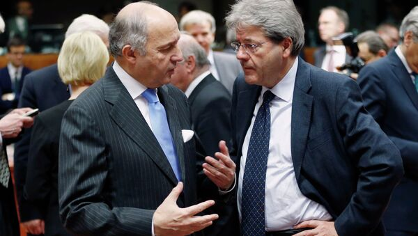 French Foreign Minister Laurent Fabius talks to his Italian counterpart Paolo Gentiloni (R) during an European Union foreign ministers meeting in Brussels February 9, 2015. - Sputnik France