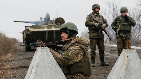 Ukrainian servicemen keep watch at no-man's land outside Debaltseve, Donetsk region February 6, 2015 - Sputnik France